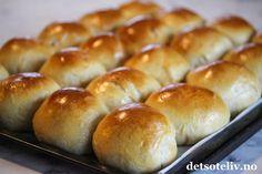 Statoilboller   Det søte liv Delicious Desserts, Dessert Recipes, Norwegian Food, Tasty Kitchen, Hot Dog Buns, Sweet Tooth, Bakery, Deserts, Food And Drink