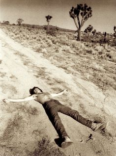 gram parsons, keith richards + anita pallenberg trippin in the desert :: joshua tree :: :: michael cooper Keith Richards, Anita Pallenberg, Mick Jagger, Rolling Stones, Gram Parsons, Joshua Tree National Park, Portraits, Cultural, Cultura Pop