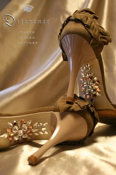 This GEM SOLE(shoe arch decoration) is nude beige collar tango shoes. This color looks beautiful feet.