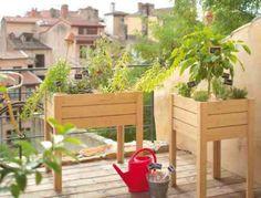 Une vue d'un balcon avec deux tables de cultures sur pieds