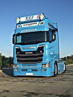 Used Trucks, Trucks And Girls, Big Rig Trucks, Cool Trucks, Truck Living, Customised Trucks, Cab Over, Truck Interior, Volvo Trucks