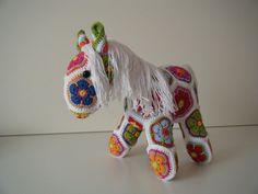 Gehaakt paard bestaande uit African Flowers