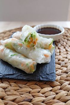 Recept: Springrolls met soja honing dip — No Ordinary Tales Rice sheets, you can find this at the supermarket but also at the Albert Heijn. Food L, Food To Go, I Love Food, Food Porn, Good Food, Food And Drink, Yummy Food, Asian Recipes, Healthy Recipes