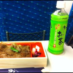 【おーいお茶】京都からの帰り。ヒロの焼肉弁当は美味い。食事にはベーシックなおーいお茶が良く合う?