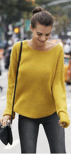 Who made Emily Ratajkowski's gray skinny jeans, black handbag, and yellow sweater?