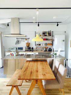 我が家のキッチン 中古マンションをリノベーションして住んでいます。 ステンレスのシンプルなアイランドキッチンで、床はグレーのタイル張りにしました。 キッチン後ろの引き出しはIKEAのものです。白地に黒の取っ手を合わせたのですが、なかなか気に入っています 今後はグリーンを増やそうかな?☘☘ 少しずつものを揃えて、我が家らしいキッチンをつくっていきたいなあと思ってます。