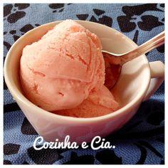 Olá amigos!   Tem feito muito calor e como sou louca por sorvetes, resolvi apelar para um caseirinho fácil e gostoso.   Para fazer, basta...