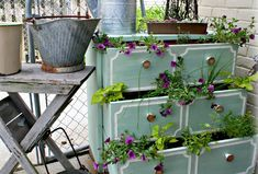 Today I will show you some ideas for diy garden planters from an old stuffs. You can use some items from home you think they are not useful anymore, but you can make them an amazing garden planters. Better Homes And Gardens, Diy Planters, Garden Planters, Planter Ideas, Balcony Garden, Balcony Ideas, Pot Jardin, Herb Pots, Diy Garden Projects