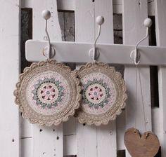 """doppelt gehäkelte Topflappen """"Granny"""" rund von JANE'S ZUHAUSE auf DaWanda.com Diy Crochet And Knitting, Crochet Girls, Crochet Hooks, Crochet Flower Tutorial, Crochet Flowers, Crochet Pillow Pattern, Crochet Patterns, Crochet Potholders, Crochet Kitchen"""
