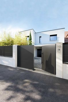 House Fence Design, House Main Gates Design, Modern Fence Design, Front Gate Design, Door Gate Design, Modern Entrance Door, House Entrance, Minimal House Design, Home Building Design
