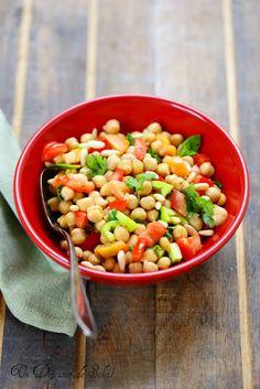 Salade de pois chiches libanaise/Voici une belle idée de salade, d'entrée ou d'accompagnement d'un repas d'été, pique-nique ou barbecue : une salade de pois chiches libanaise aux tomates, herbes et pignons.