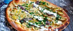Mandelpotatispizza med ansjovis och gräslöksgräddfil  - recept från Lantmännen