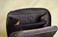Coin case 平日はこれで充分。 お札は畳んで、カードも最低限。 余裕でポケットに突っ込める大きさ。小さい財布のカッコ良さってありますよね。  #kirahvi9 #キラハビーユフデクサン#wallet#財布#coinpurse #coincase #コインパース #コインケース#leathergoods #leathercraft