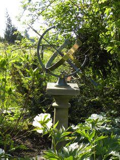 Sonnenuhr mit passendem Sockel im Webshop. Besonderes für Ihren Garten. Hier geht's zum Shop: http://www.gartenbijoux.ch/cms/home.html