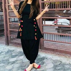 5 Dress Styles That Will Make You Look Thinner – Shopping Fashion Simple Pakistani Dresses, Indian Gowns Dresses, Indian Fashion Dresses, Pakistani Dress Design, Indian Designer Outfits, Stylish Dresses For Girls, Lovely Dresses, Simple Dresses, Casual Dresses