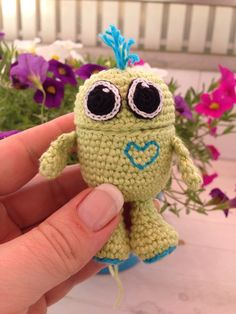 Ü egg worry-eater Today I'm showing you how to crochet for absolute beginners. A detailed step-by-step tutorial on how to crochet a chain and a s. Crochet Kids Hats, Crochet Teddy, Crochet Animals, Diy Crochet, Crochet Toys, Kids Purse, Kids Blankets, Cute Dolls, Free Pattern