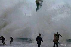 Impresionantes las olas! En Donostia. Basque Country, France, Niagara Falls, Coast, Europe, San, Travel, Boats, Countries