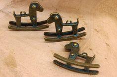 Μεταλλικό Αλογάκι Κουνιστό Vintage MI150502  Μεταλλικό αλογάκι κουνιστό vintage bronze με διαστάσεις 31,5 x 40mm.Χρησιμοποιήστε τα για να δημιουργήστε μοναδικές μπομπονιέρες και προσκλητήρια, δώρα και γούρια, στολίστε λαμπάδες, κουτιά βάπτισης και λαδοσέτ. Συνδυάστε τα μεταλλικά στοιχεία με κορδόνια, κορδέλες, δαντέλες και κουμπιά και δώστε στις δημιουργίες σας μια ξεχωριστή, vintage πινελιά.Συσκευασία 10 τεμαχίων. Wooden Toys, Car, Wooden Toy Plans, Wood Toys, Automobile, Woodworking Toys, Vehicles, Cars, Autos