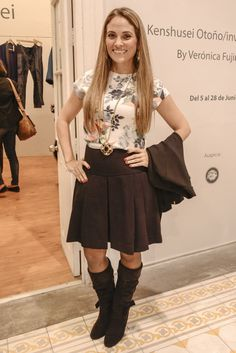 Top de flores con panties, maxibotas de tacón, saco negro y cadena XL, look ideal para este otoño, Marcas: Blusa y falda de Zara, el Saco es de MNG.