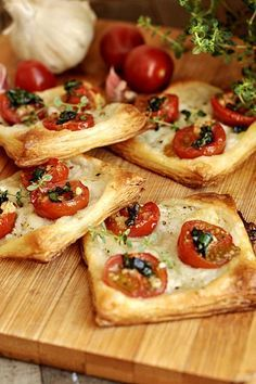 Francuskie ciastka z pomidorami i mozzarellą #przystawki #ciasto_francuskie Appetizer Recipes, Snack Recipes, Cooking Recipes, Vegetarian Recipes, Healthy Recipes, Good Food, Yummy Food, Salty Foods, Appetisers