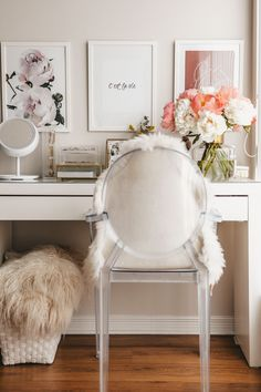 Ghost chair with arms in bedroom at vanity table, accessorised with a fur throw adds an extra finishing touch to bring all of the room together. Home Office Na Varanda, Clear Chairs, Minimalist Decor, Minimalist Interior, Vanity Room, Elegant Table, My New Room, Bedroom Decor, Master Bedroom