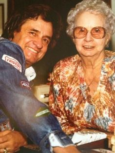 Johnny Cash and his mom, Carrie Country Musicians, Country Music Artists, Country Music Stars, Country Singers, Johnny Cash June Carter, Johnny And June, Musica Country, Boogie Woogie, Famous Singers