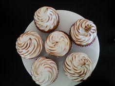 Yummy meringue topped banana cupcakes... 21st Cake, Banana Cupcakes, Top Banana, Meringue, Baked Goods, Desserts, Food, Merengue, Tailgate Desserts