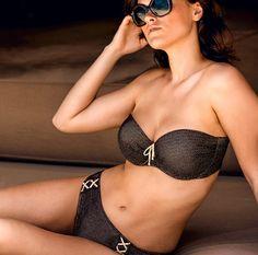 Cet été, habillez-vous de la parure bain PrimaDonna Jet Set! Ce haut de maillot de bain Prima Donna Jet Set propose une coque d'un grand confort pour satisfaire les poitrines les plus généreuses ! Rdv sur https://www.mesdessous.fr/fr/maillots-de-bain-pour-femmes-et-hommes/14642-haut-de-maillot-de-bain-coques-prima-donna-jet-set.html :)