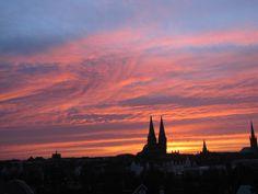 Die Lübecker Altstadt im Vordergrund eines fantastischen Sonnenaufgangs. Atemberaubende Lichteffekte in Verbindung mit einem grandiosen Wolkenspiel