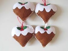 More felt decorations, heart shaped Christmas puddings - really cute Pinterest Christmas Crafts, Christmas Crafts To Make, Felt Christmas Decorations, Christmas Sewing, Christmas Projects, Tree Decorations, Christmas Ornaments, Christmas Hearts, Christmas Mood