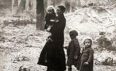 una-madre-con-tre-figli-tra-le-rovine
