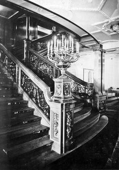 , White Star Line First case forward grand staircase, level but could be a lower staircase if the titanic Rms Titanic, Titanic Photos, Titanic Ship, Titanic History, Titanic Movie, Titanic Wreck, Belfast, Southampton, Titanic Artifacts