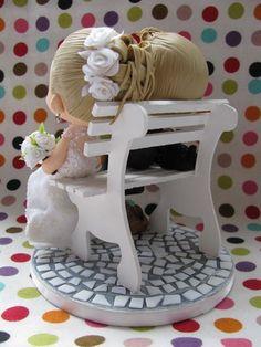 Muitos cachorrinhos e muito amor no banquinho de praça!   Estilo de modelagem: Fofinho Altura: 13 cm Diâmetro da base: 14 cm  Contato: tiyemicriacoes@gmail.com  www.facebook.com/tiyeminagase