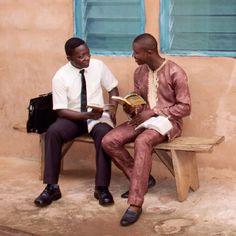 Un testigo de Jehová estudia la Biblia con un señor