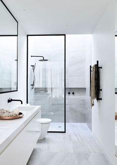 Trennwand aus Glas mit schwarzem Rahmen, Duschkabine mit Wandnische, Tuchständer an der Wand, gro0er Beckenspiegel mit schwarzem Rahmen