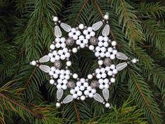 Větší se srdíčky Třpytivá hvězdička je vyrobená z bílých voskových perel, pískovaných matných slziček, stříbrných kovových leptaných korálků a hnědě třpytících se kovových rytých a leptaných korálků, voskové perly ve středu tvoří srdíčka. Rozměr: průměr 12,5 cm. Stejných hvězdiček je na přání, možné vyrobit více kusů v různých rozměrech. ...