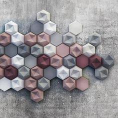 Disegnata da Patrycja Domanska e Tanja Lightfoot, Edgy è una collezione di elementi modulari in cemento, formata da due tipologie di piastrelle di forma esagonale che possono essere applicate a copertura intera o parziale di pareti murarie _ prodotta da KAZA