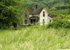 This is my second visit to one of my favorite abandoned houses in rural. The old house is sure being overtaken by trees and brush. Abandoned Farm Houses, Old Abandoned Buildings, Abandoned Property, Old Farm Houses, Abandoned Mansions, Old Buildings, Abandoned Places, Abandoned Castles, Classical Architecture