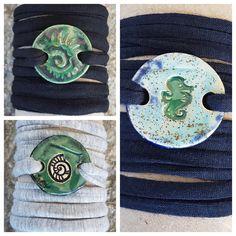 Armbänder für Burschen aus Keramik, mit weichem Textilband...von KreativesbyPetra      #keramik #ceramic #ton #töpfern #töpferei #plattentechnik #Glasur #glaze #glasurbrand #glazebrand #botz #schmuck #jewellery #Anhänger #pendant #schmuckanhänger #jewelrypendant  #keramikanhänger #Unikat #handmade #handgemacht #Kunsthandwerk #Handwerk #DIY #geschenk #present #Meer #ocean #fisch #fish #burschen #jungs #buben #boys #textilband #schmuckband #jewelrybelt #geschenk #Muschel #rakete #rocket #shell Der Arm, Enamel, Kids Rugs, Detail, Accessories, Decor, Arts And Crafts, Creative, Gifts