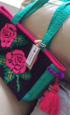 Bolsa en punto de cruz, sobre manta de telar. www.artesaniaymoda.com