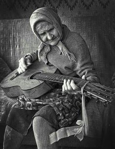 This granny rocks! #guitar #photography Je suis sûre que je ressemblerai à ça en 2080!!!