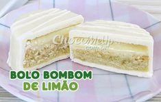 Essa receita de Bolo Bombom de Limão é simplesmente uma delícia! Eles são feitos com uma massa de bolo super fácil de fazer, um recheio cremoso de limão que leva só dois ingredientes e uma cobertura de chocolate branco! Ótima idéia para uma sobremesa, para a Páscoa ou para vender e ganhar um dinheiro extra.
