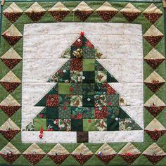 Petit à petit la maison se pare aux couleurs de Noël et de l'hiver... et les quilts qui vont bien sortent des armoires pour être posés ici ou là, ou accrochés aux murs pour réchauffer l'ambiance... As Winter and Christmas are getting even closer now,...