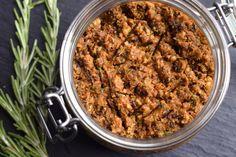 Die mediterrane Küche ist einfach wunderbar. An einem lauen Sommerabend ein italienisch-angehauchtes Picknick im Grünen – und das Glück ist perfekt. Dieses würzige Pesto aus getrockneten Tomaten und Rosmarin ist hierfür der perfekte Begleiter. Es eignet sich als Dip oder Aufstrich für ein frisches Ciabatta. Schmeckt aber natürlich auch köstlich zu Pasta.