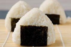 REISHUNGER Onigiri mit Gurken-Frischkäse-Füllung #reishunger #onigiri #sushireis #gurke #frischkäse #japanisch #japanese #vegetarisch #vegetarian