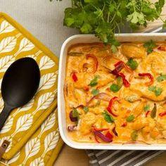 I denne thai-inspirerte formretten har jeg fordelt grønnsaker og kylling i en form, hatt saus over, før den så avsluttet reisen sin en halvtime i ovnen.