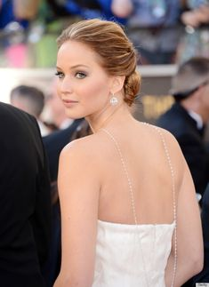 Oh wow- couldn't see the thin strand of pearls J. Lawrence was wearing in most of the pictures but it looks stunning!