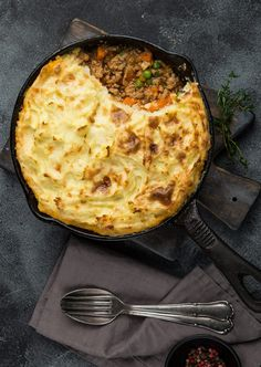 This vegan shepherd's pie will be a crowd pleaser for vegans and meat eaters alike. It makes a great dish for family-style dinners! Vegan Pie, Vegan Vegetarian, Vegetarian Recipes, Healthy Recipes, Plant Based Recipes, Veggie Recipes, Veggie Food, Veggie Dishes, Vegan Shepherds Pie