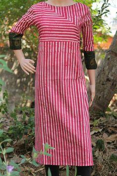 For striped clothes Salwar Neck Designs, Churidar Designs, Kurta Neck Design, Dress Neck Designs, Kurta Designs Women, Blouse Designs, Salwar Pattern, Kurta Patterns, New Dress Pattern