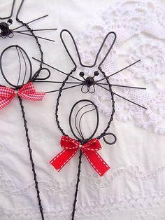 Zápich...zajko ušatý / Meryema - SAShE.sk - Handmade Dekorácie Metal Crafts, Clothes Hanger, Barbed Wire, Art, Wire, Diy, Wreath Ideas, Eggs, Easter Activities